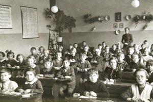 Pred rokom 1967 školské predpisy vyžadovali, aby sa každé dieťa naučilo písať pravou rukou.