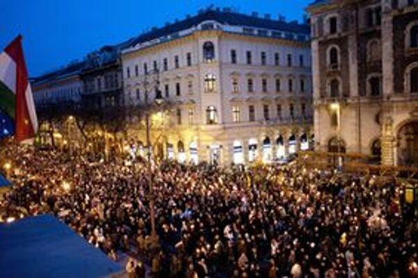 Bayer vlani organizoval demonštrácie na podporu Orbánovej vlády.