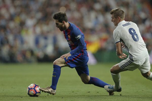 Lionel Messi a Toni Kroos v súboji.