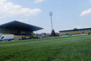 Zrekonštruovaný štadión s novým trávnikom a tribúnami.