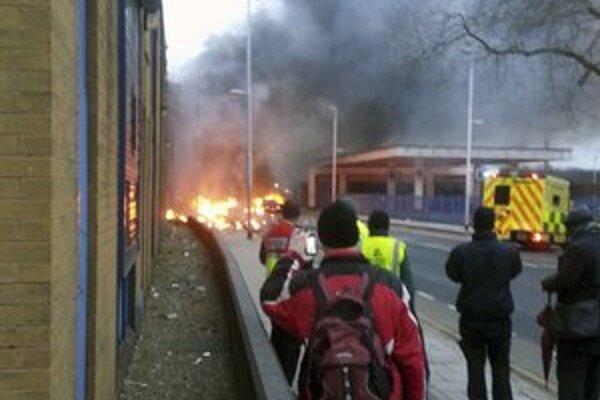 Londýnčania videli plamene a hustý dym na vzdialenosť stoviek metrov.