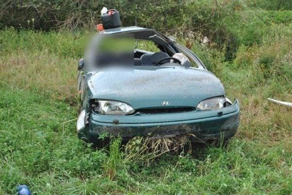 Vodič zišiel pri Jasenove z cesty a svoje auto premenil na vrak.