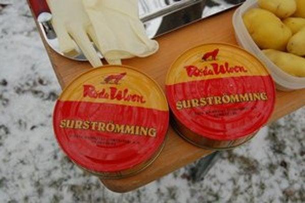 Švédske ryby Surströmming vyvolali viacero súdnych sporov. VNemecku sa súdil nájomník, ktorému majiteľ bytu pre puch z otvorenej konzervy vypovedal zmluvu. Súd lahôdku ovoňal arozhodol vprospech majiteľa.