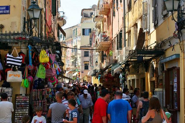 Ulice mesta Korfu sú úzke a plné turistov.
