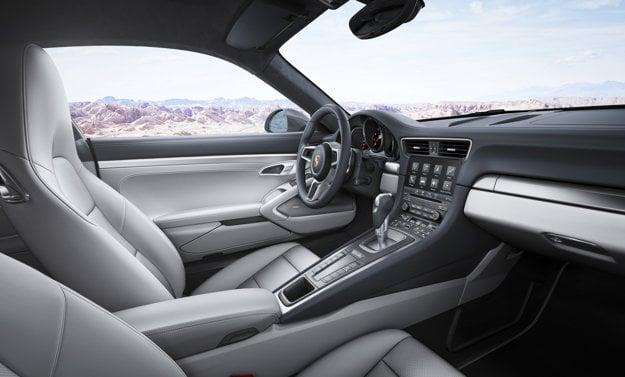 V najnovších modeloch je už vrch palubnej dosky tmavý. Na snímke interiér modelu 911 po poslednom facelifte.