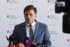 Minister Plavčan opäť vysvetľoval kauzu okolo eurofondov na výskum.