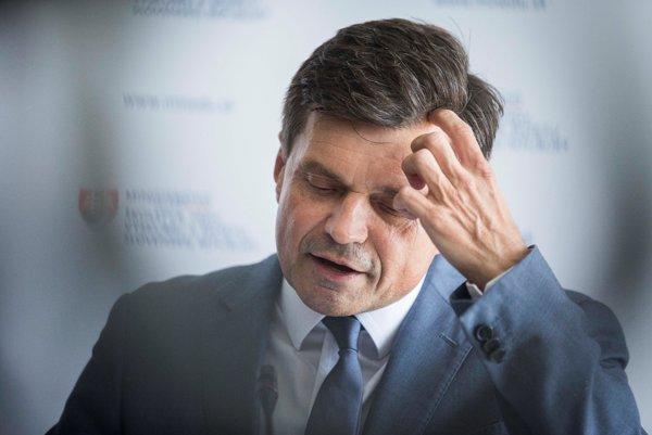 Minister školstva Peter Plavčan sa preslávil svojou nervóznou úpravou vlasov počas tlačovej besedy, na ktorej vysvetľoval podozrenia ohľadom prideľovania eurofondov.