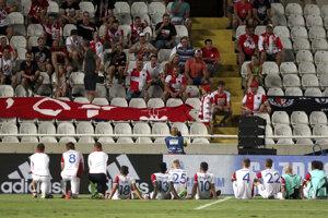 Hráči Slavie Praha ďakujú za podporu fanúšikom po prehre v Nikózii.