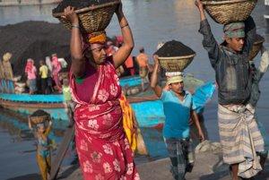 Bangladéšania denne tvrdo pracujú.