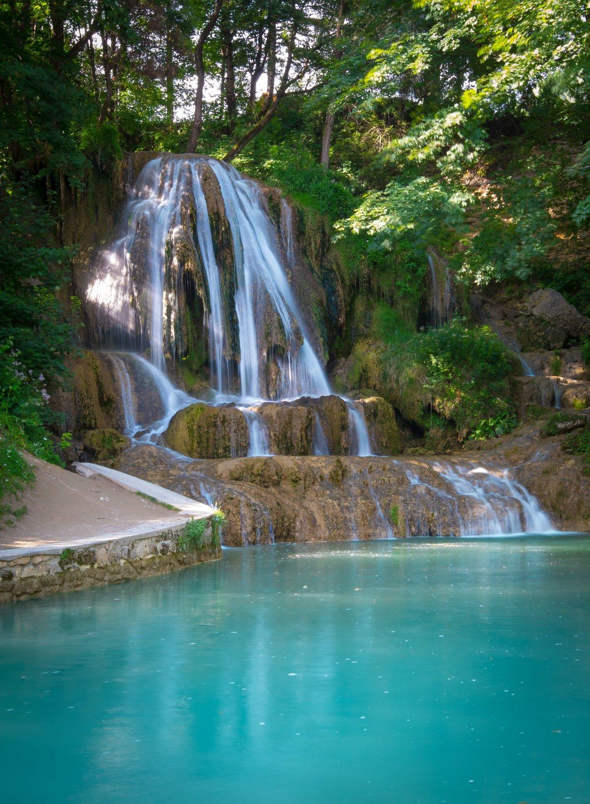 Vodopád uprostred dediny patrí medzi najkrajšie na ...