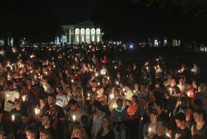 Na mieste víkendových násilností v Charlottesville sa zišli ľudia so sviečkami