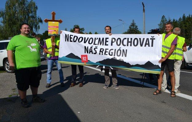 Členovia OZ Naša Sobota nedávno zorganizovali protestnú blokádu cesty pri Ožďanoch. Vľavo Radovan Ceglédy.