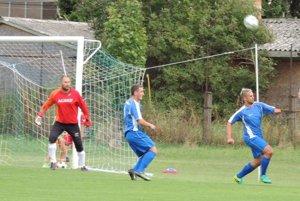 Kolárovčania (v modrom) pustili perie na vlastnom trávniku. Vprvom kole privítali Veľký Meder, ktorý bral všetky body po výsledku 0:3.