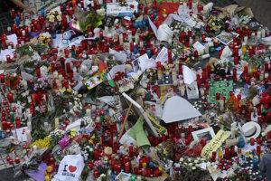 Kvety, odkazy a sviečky položené na pamiatku obetí teroristického útoku na námestí v centrálnej Barcelone.