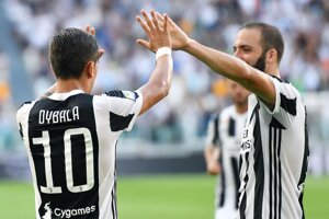 Gonzalo Higuain a Paulo Dybal oslavujú gól Juventusu.