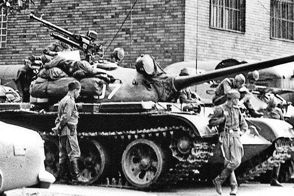 Vojaci Varšavskej zmluvy obsadili Československo.