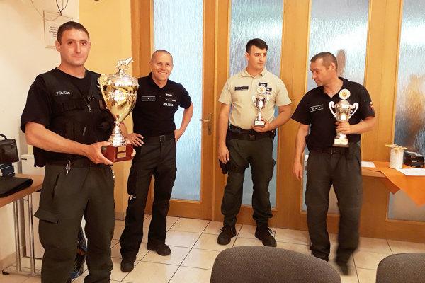 Prvý zľava víťaz majstrovstiev Roman Hruška, prvý sprava Stanislav Melicherík.