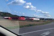 Závod Coca Cola sa nachádza na periférii obce Lúka nad Váhom v tesnej blízkosti diaľnice D1.