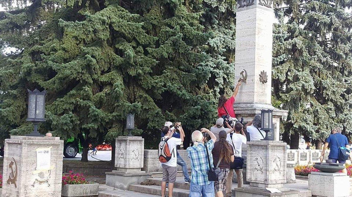 Na výročie strhávali kosáky na pamätníku - kosice.korzar.sme.sk