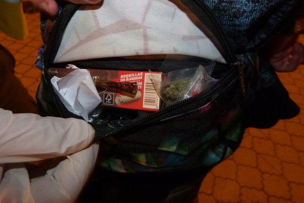 Colníci vykonali na mieste narkotest a ten potvrdil, že ide o marihuanu.