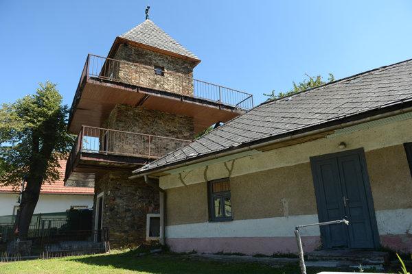 Históriu baníckej obce Zlatá Idka v okrese Košice - okolie majú možnosť turisti spoznať vďaka malému obecnému múzeu (na snímke vľavo). Nachádza sa vo zvonici, v časti obce nazývanej Rieka. Návštevníci cez fotografie a sprievodné texty spoznajú históriu obce a dozvedia sa o ťažbe vzácnych kovov.