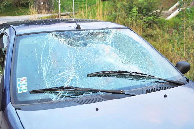 Rozbité predné sklo Renaulta.