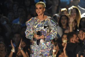 Katy Perry bola moderátorkou večera, vystriedala niekoľko kostýmov vrátane kozmonautky.