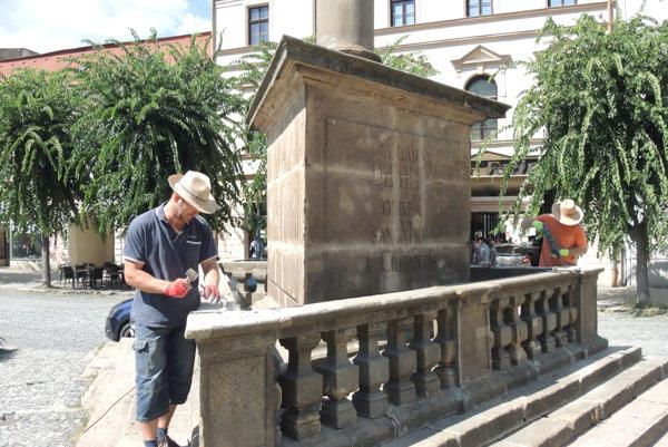 Morový stĺp dal postaviť gróf Mikuláš Ilešházi.