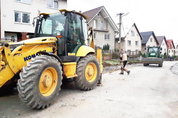 Chodník na druhej strane je už hotový, minulý týždeň robotníci dorábali plochu pri rodinných domoch.