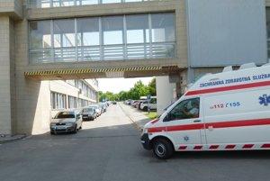 Parkovacích miest je v areáli levickej nemocnice, ktorá je spádovou pre široký región, dlhodobo nedostatok.