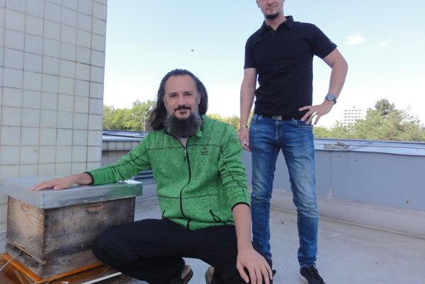 Marek Urban a Ľuboš Határ so skúšobným úľom na streche Slovenskej poľnohospodárskej univerzity v Nitre.