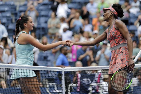 Viktória Kužmová (vľavo) gratuluje Venus Williamsovej k postupu.