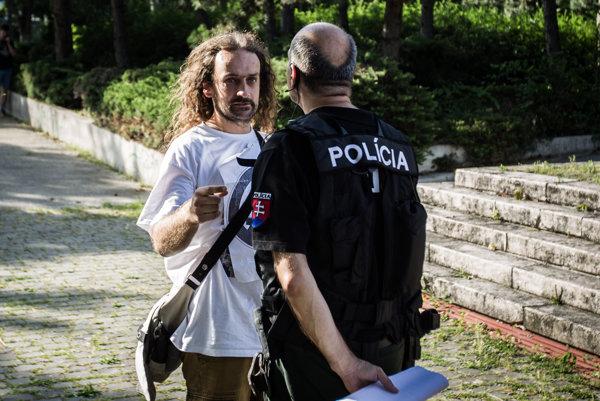 Výtvarníka Ľuboša Lorenza zastavila polícia na vlaňajšom proteste extrémistov v Bratislave. Lorenz tvrdil, že zablúdil.