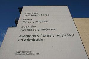 Sporná báseň na stene univerzity.