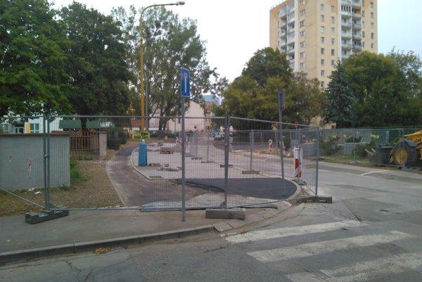 Parkovacie miesta na Škultétyho. Jedny z posledných, ktoré EEI momentálne ešte buduje.