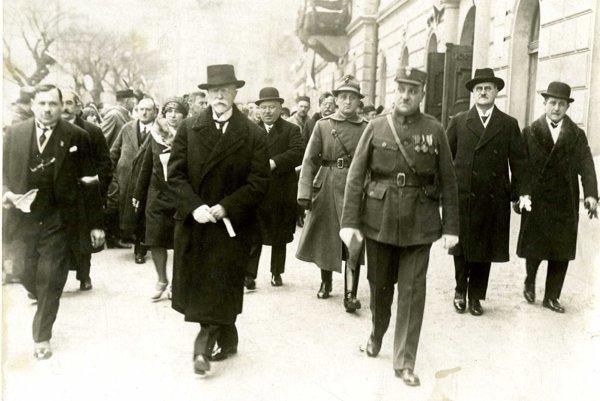 Fotografia znávštevy prezidenta Masaryka vTopoľčanoch vroku 1930. Bol vtedy na Západoslovenskej hospodársko-priemyselnej akultúrnej výstave, ktorá sa uskutočnila 15. – 20. augusta 1930.