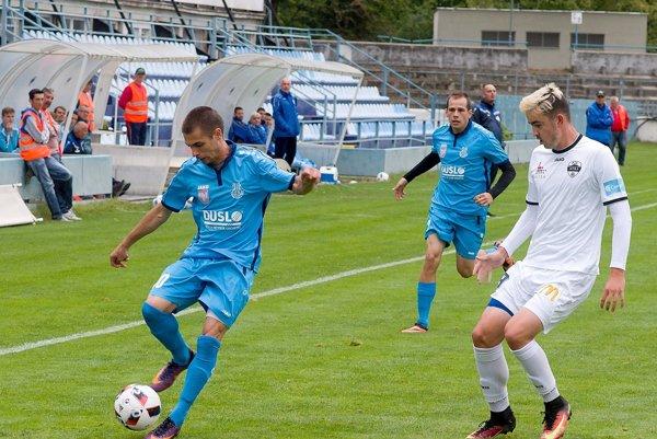 V susedskom derby rezerva Nitry porazila Šaľu 4:1. V popredí Nemanja Stankovič (vľavo, strelil jediný gól Dusla) a Marek Fábry, autor dvoch gólov domácich.