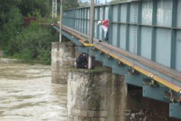Policajti zachránili život mužovi, ktorý chcel skočiť z mosta.