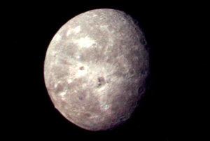 Sonda Voyager 2 spravila 24. januára 1986 záber na Uránov mesiac Oberon.