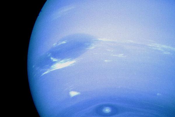 V lete 1989 sa sonda Voyager 2 ako prvá pozrela na poslednú joviálnu planétu Neptún. K severnému pólu planéty sa priblížila na vzdialenosť takmer 5000 kilometrov.