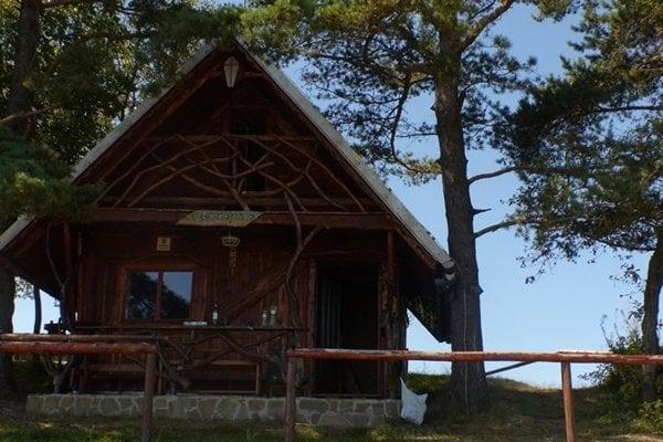 Útulňa Chotárna pod vrcholom Mindžovej.