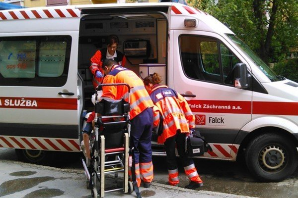 Muža odviezla záchranka do nemocnice.