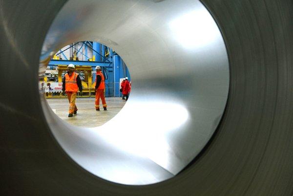 Európska komisia sa rozhýbala. Zaviedla antidumpingové clá voči Číňanom, v boji proti neférovo lacnej oceli chce pokračovať.