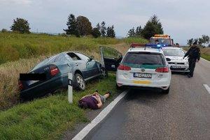 Policajti zadržali dve osoby podozrivé z krádeže.