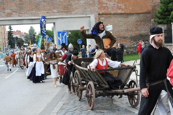 Historický sprievod prešiel z Parku Antona Bernoláka až pred radnicu.