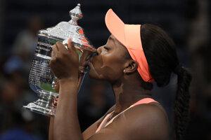 Americká tenistka Sloane Stephensová s trofejou pre víťazku US Open.