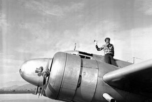 Potopila sa Amelia Earhartová s lietadlom alebo pár mesiacov prežila na ostrove? Nová expedícia chce konečne zistiť pravdu.