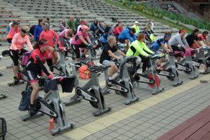 Hoci bola zima, športovci cvičili na spinneroch celé tri hodiny.