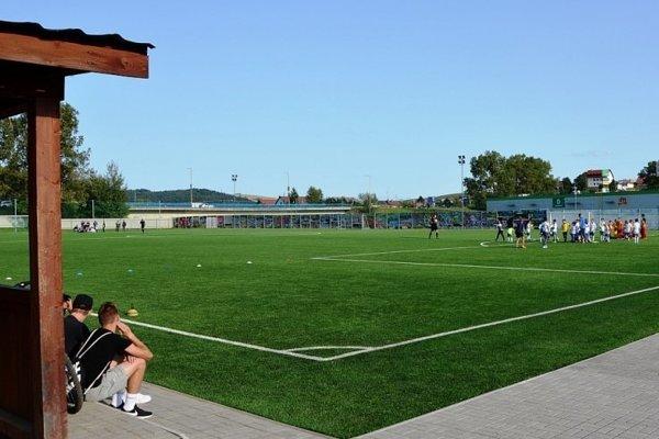 V Starej Ľubovni sprístupnili nové futbalové ihrisko s umelou trávou. A hneď si ho aj vyskúšali.