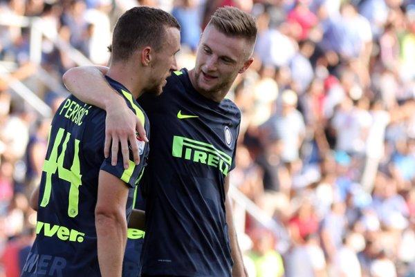 Milan Škriniar a Ivan Perišič, dvaja strelci gólov Interu v Crotone.